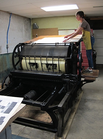 Gesine Janzen at work on an old newspaper press